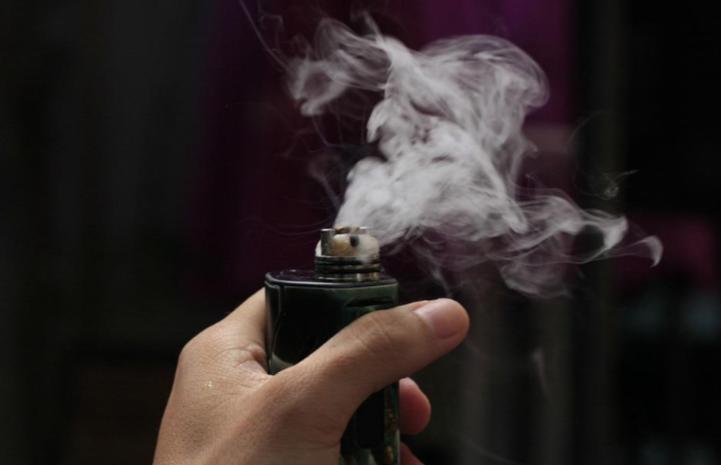Man holding a vaporizer